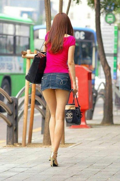 фото у женщин под короткой юбкой